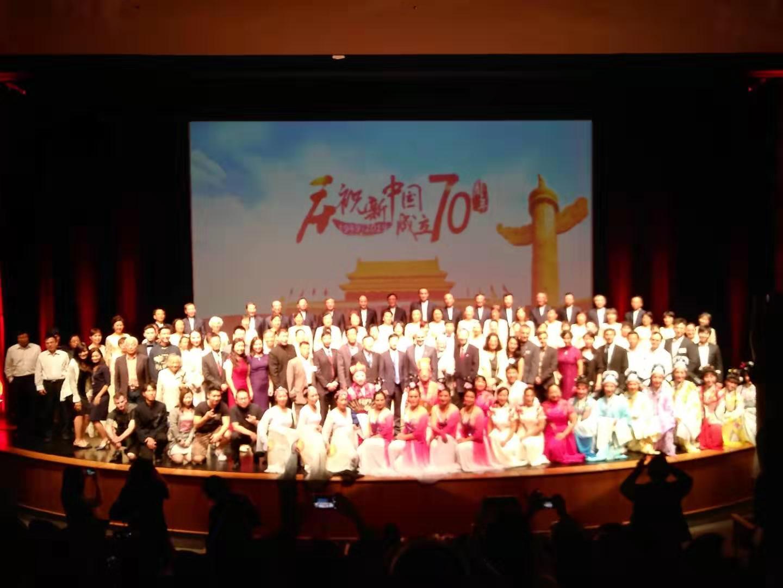 中华会馆主席薛京生同来宾和演员合影留念。 HCT